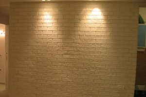 קיר דמוי לבנים בסלון